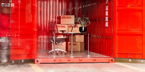 Umzugskartons in einem roten Selfstorage Container