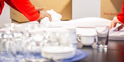 Mitarbeiter packen Geschirr für internationalen Umzug nach Übersee
